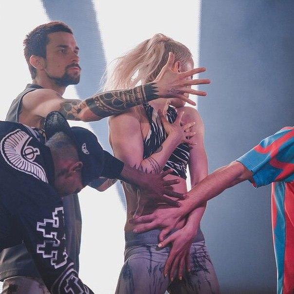Скачать песню quest pistols show monatik мокрая девочка танцует